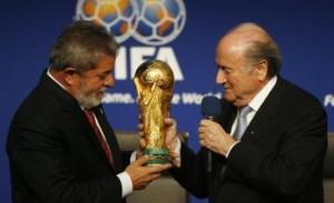 Il presidente della Fifa consegna a Lula una copia della coppa del mondo